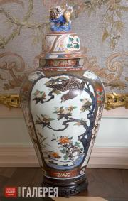 The Glass Beaded Salon. Baluster vase with cover (Guan type)