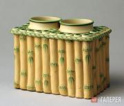 Ваза керамическая, неглазурованная с декоративной росписью зеленой эмалью. 1780–