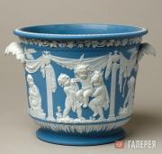 Ведерко для льда из голубого яшмового фаянса с белым рельефным декором. 1780–180