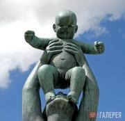Вигеланн Густав. Женщина, держащая над собой ребенка