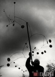 Ugo MULAS. Alexander Calder with Snow Flurry, Saché. 1963