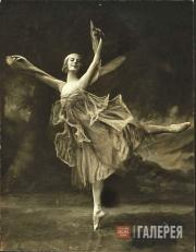 "Anna Pavlova performing a solo, ""The Dragonfly"""