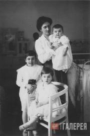 Yelena Lyapunova with her children