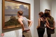 Посетители перед пейзажем И.И.Левитана «Над вечным покоем»