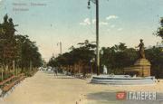 Фонтан-памятник «Доброму гению» на бульваре в Феодосии