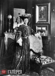 Alexandra Pavlovna Botkina in her house in St. Petersburg. 1908