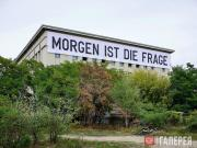 Баннер Риркрита Тиравании на фасаде техно-клуба «Berghain» как прелюдия к выстав