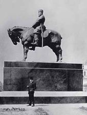 Paolo Troubetzkoy near the statue of Alexander III in St. Petersburg. 1909