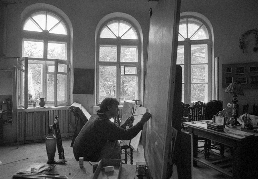 "Dmitry Zhilinsky in his house in Novobutakovo working on his painting ""Sviatoslav Richter Playing"". 1983"