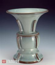 Сосуд цзунь формы чуцзи цзюньчжоуского обжига с бело-голубой глазурью