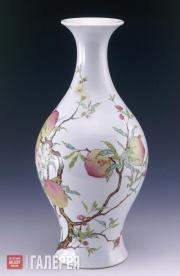Ваза в форме оливы цзиндэчжэньского обжига с орнаментом из персиков и летучих мы