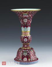 Чаша гуцзиньдэчжэньского обжига с цветной росписью по карминовому фону