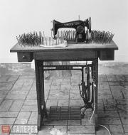 Юккер Гюнтер. Швейная машина времени в окружении гвоздей. 1963