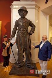 Geraldine Chaplin and Zurab Tsereteli by the statue of her father, Charlie Chapl