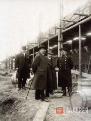Н.К. фон Мекк (2-й слева) и А.В. Щусев (3-й слева) на строительной площадке Каза