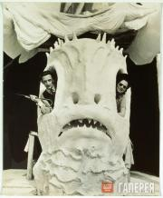 """Salvador Dalí and Gala in the ticket office of the """"Dream of Venus"""" pavilion"""