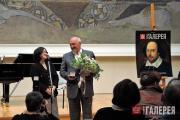 Zelfira Tregulova awarding a commemorative medal to Vitaly Machitski