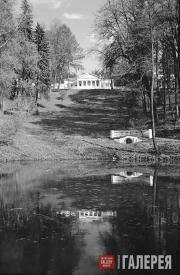 Малый пруд и грот в нижнем парке