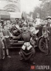Ладо Гудиашвили танцует на «Балу Четырех искусств» перед кафе «Ротонда» в Париже