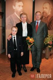Праправнучка П.М.Третьякова Е.С.Хохлова с сыном и внуком на выставке
