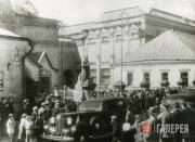 Перед главным входом в Третьяковскую галерею  в день открытия 17 мая 1945