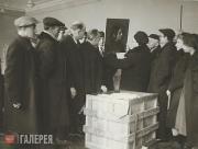 Распаковка ящика с картинами, прибывшими из эвакуации