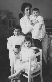Yelena Lyapunova with her children. Photograph. (1910s, Moscow?)