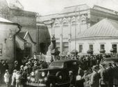 Queues in front of the main entrance to the Tretyakov Gallery on May 17 1945, the day that it re-opened