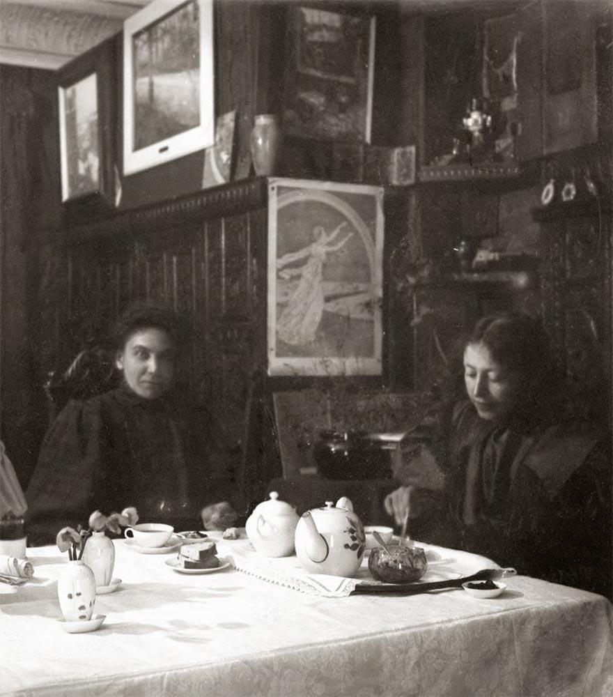 Netta Peacock and Maria Yakunchikova in Paris. [1898]
