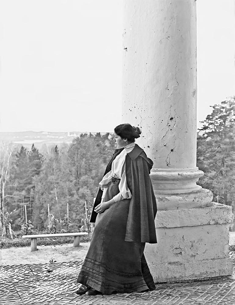 Maria Yakunchikova at the Vvedenskoye estate. 1890s