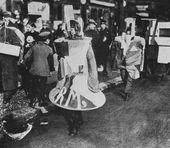 """""""Sandwich-Menschen"""" in von Iwan Puni entworfenen Kostümen bei einem Umzug durch die Berliner Straßen anlässlich der Eröffnung der Puni-Ausstellung in der Galerie Der Sturm, 1922"""