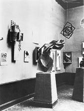 Ausstellungsansicht Blick in die Erste Russische Kunstausstellung mit Werken von Wladimir Tatlin, Naum Gabo, Alexander Rodtschenko, El Lissitzky u.a., Berlin 1922