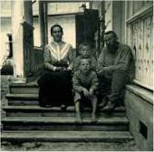 H.H. Ге-мл. с детьми: Прасковьей, Иваном и Николаем Ясная Поляна. 1900 (?)