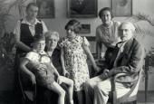 Леонид Осипович и Розалия Исидоровна Пастернаки с дочерью Жозефиной и внуками