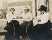КЛАРИБЕЛ КОН, ГЕРТРУДА СТАЙН И ЭТТА КОН ЗА СТОЛОМ В СЕТТИНЬЯНО, ИТАЛИЯ. 1903