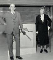 Франсин Кларк Стерлинги у входа в музей в день его открытия. Май 1955