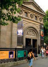 Фасад главного входа в Национальную портретную галерею