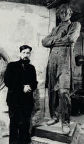 А.П. Кибальников у скульптуры Н.Г. Чернышевского. Саратов, 1948–1949