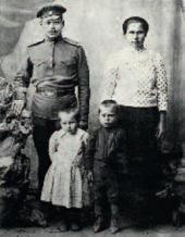 Саша Кибальников с сестрой Женей и родителями. 1918.