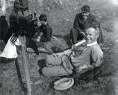 БОРИС КОСАРЕВ С ЧЛЕНАМИ СЪЕМОЧНОЙ ГРУППЫ «ЗЕМЛЯ». Фото. Лето 1929 г.