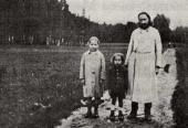 Отец Павел Флоренский с детьми Ольгой и Микой на прогулке. 1926