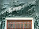 Рельеф «Пловец» работы Анны Голубкиной на фасаде МХТ в Москве