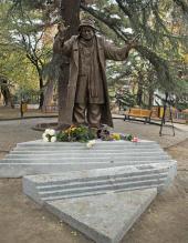 Памятник актеру Рамазу Чхиквадзе. 2013