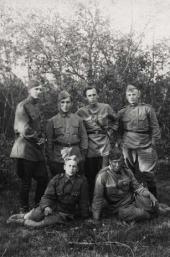 К.М. Молчанов (сидит слева) с однополчанами. 1943