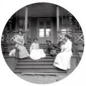 В даче «Камчатка» Слева направо – Матильда Похитонова, Зоя Похитонова (Маркевич)