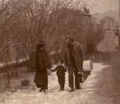 И.П. Похитонов, Е.К. Вульферт с сыном Борисом возвращаются на ул. Тру-Луэт. Фото