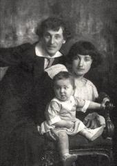 Марк Шагал и Белла с дочерью Идой. 1917