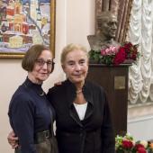 Справа - Елена Баршай